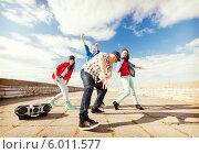 Купить «Группа друзей танцует на улице под магнитолу», фото № 6011577, снято 20 июля 2013 г. (c) Syda Productions / Фотобанк Лори