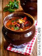 Купить «Острый томатный суп с чили перцем и фасолью в керамическом горшочке», фото № 6012409, снято 12 июня 2014 г. (c) Лариса Дерий / Фотобанк Лори