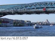 Прогулочный корабль проходит под мостом на реке Москве (2014 год). Стоковое фото, фотограф Евгений Самсонов / Фотобанк Лори