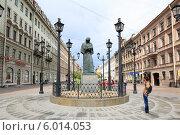 Купить «Санкт-Петербург, памятник писателю Н.В. Гоголю на мало Конюшенной», эксклюзивное фото № 6014053, снято 9 июня 2014 г. (c) Дмитрий Неумоин / Фотобанк Лори
