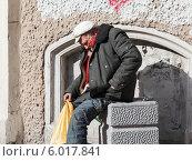 Купить «Трудная судьба пожилого бездомного мужчины», фото № 6017841, снято 22 мая 2019 г. (c) Vladimir Sviridenko / Фотобанк Лори