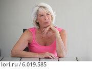 Купить «задумавшаяся пожилая женщина», фото № 6019585, снято 26 августа 2002 г. (c) Phovoir Images / Фотобанк Лори