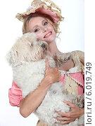Купить «женщина держит собаку», фото № 6019749, снято 14 июня 2010 г. (c) Phovoir Images / Фотобанк Лори