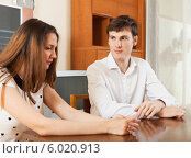 Купить «Молодая пара разговаривает за столом в комнате», фото № 6020913, снято 27 марта 2019 г. (c) Яков Филимонов / Фотобанк Лори