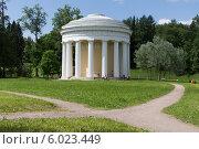 Купить «Круглая беседка в Павловском парке», фото № 6023449, снято 14 июня 2014 г. (c) Анна Сибирякова / Фотобанк Лори