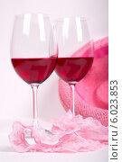 Два бокала вина рядом с розовым нижним бельем и шляпой на белом фоне. Стоковое фото, фотограф Владимир Ходатаев / Фотобанк Лори