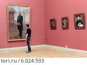 Купить «Санкт-Петербург, молодой человек смотрит на портрет императора Николая второго в Русском музее», эксклюзивное фото № 6024593, снято 9 июня 2014 г. (c) Дмитрий Неумоин / Фотобанк Лори