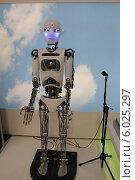 Робот Теспиан в полный рост (2011 год). Редакционное фото, фотограф Алина Салащенко / Фотобанк Лори