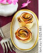 Яблочные булочки на белой тарелке, цветы в вазе. Стоковое фото, фотограф Елена Медведева / Фотобанк Лори