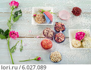 Шоколадные конфеты ручной работы на деревянном столе. Стоковое фото, фотограф Tatjana Baibakova / Фотобанк Лори