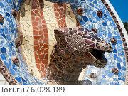 Купить «Испания. Барселона. Парк Гуэлль. Фонтан  архитектора Антонио Гауди - Медальон с головой змеи и  каталонским флагом», эксклюзивное фото № 6028189, снято 16 сентября 2013 г. (c) Svet / Фотобанк Лори