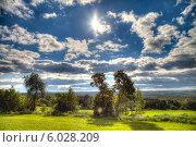 Сельский пейзаж Средней полосы России с полем, деревьями, красивым небом и ярким солнцем без построек и людей. HDR. Стоковое фото, фотограф Борис Смирин / Фотобанк Лори