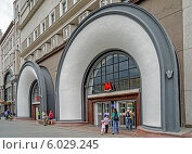 Купить «Вход в метро на Лубянской площади», эксклюзивное фото № 6029245, снято 21 июня 2014 г. (c) Виктор Тараканов / Фотобанк Лори
