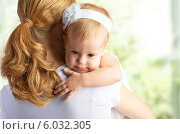 Купить «Маленькая девочка обнимает маму», фото № 6032305, снято 19 ноября 2013 г. (c) Евгений Атаманенко / Фотобанк Лори
