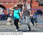 Купить «Счастливая молодая семья прогуливается по Красной площади весенним солнечным днем», эксклюзивное фото № 6032473, снято 31 мая 2014 г. (c) lana1501 / Фотобанк Лори