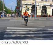 Купить «Велосипедист переезжает дорогу по пешеходному переходу на зеленый сигнал светофора, Первомайская улица, Москва», эксклюзивное фото № 6032793, снято 25 мая 2014 г. (c) lana1501 / Фотобанк Лори
