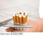 Купить «Отказ от курения. Ножницы, разрезающие сигареты», фото № 6033045, снято 23 марта 2013 г. (c) Syda Productions / Фотобанк Лори