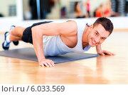 Купить «Молодой мужчина выполняет упражнения на отжимания», фото № 6033569, снято 28 сентября 2013 г. (c) Syda Productions / Фотобанк Лори