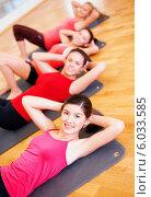 Купить «Группа девушек на занятиях по фитнесу в спортзале», фото № 6033585, снято 28 сентября 2013 г. (c) Syda Productions / Фотобанк Лори