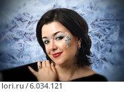 Лицо черноволосой дамы в индийском макияже на фоне замерзшего стекла. Стоковое фото, фотограф verbaska / Фотобанк Лори