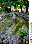 Фонтан с золотыми рыбками, расположенный в уютном скверике. Монтальчино.Тоскана. Италия (2014 год). Стоковое фото, фотограф Борис Горбатенко / Фотобанк Лори