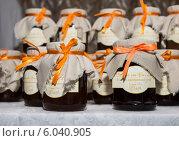 Купить «Подарочное варенье для гостей (свадьба)», фото № 6040905, снято 17 мая 2014 г. (c) Юлия Ухина / Фотобанк Лори