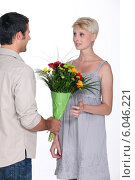 Man giving woman flowers. Стоковое фото, фотограф Phovoir Images / Фотобанк Лори