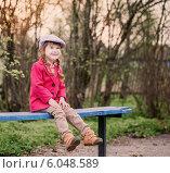 Купить «funny girl on bench in spring park», фото № 6048589, снято 26 апреля 2014 г. (c) Майя Крученкова / Фотобанк Лори