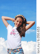 Купить «Девочка на фоне неба», фото № 6050653, снято 11 июня 2014 г. (c) Ирина Здаронок / Фотобанк Лори