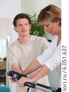 Купить «Personal trainer with his client», фото № 6051637, снято 13 апреля 2010 г. (c) Phovoir Images / Фотобанк Лори