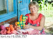 Купить «Бабушка вяжет для внуков одежду и мягкие игрушки», фото № 6056757, снято 25 июня 2014 г. (c) Типляшина Евгения / Фотобанк Лори