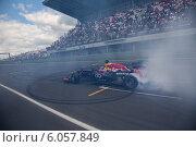 Купить «Показательные выступления команды Формула 1 Red Bull Racing с российским пилотом Даниилом Квятом на гонках Мировая серия Рено на трассе Moscow Raceway, 29 июня 2014», фото № 6057849, снято 29 июня 2014 г. (c) Николай Винокуров / Фотобанк Лори