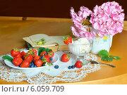 Летний натюрморт с яркими ягодами и букетом. Стоковое фото, фотограф Julia Ovchinnikova / Фотобанк Лори