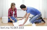 Купить «Smiling couple measuring wallpaper», видеоролик № 6061033, снято 31 января 2014 г. (c) Syda Productions / Фотобанк Лори