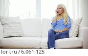 Купить «Smiling woman with smartphone at home», видеоролик № 6061125, снято 13 февраля 2014 г. (c) Syda Productions / Фотобанк Лори