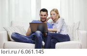 Купить «Smiling couple with laptop computer at home», видеоролик № 6061145, снято 16 февраля 2014 г. (c) Syda Productions / Фотобанк Лори