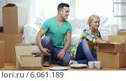 Купить «Smiling couple unpacking boxes with kitchenware», видеоролик № 6061189, снято 20 февраля 2014 г. (c) Syda Productions / Фотобанк Лори