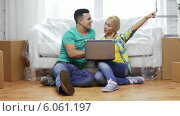 Купить «Couple with laptop sitting on floor in new house», видеоролик № 6061197, снято 20 февраля 2014 г. (c) Syda Productions / Фотобанк Лори