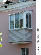 Небольшой пластиковый балкон с внутренними вертикальными жалюзи. Стоковое фото, фотограф Михаил Хорошкин / Фотобанк Лори