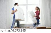 Smiling couple opening big cardboard box with sofa. Стоковое видео, видеограф Syda Productions / Фотобанк Лори