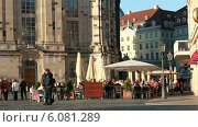 """Уличное кафе на площади """"Новый Рынок"""" в Дрездене (2014 год). Редакционное видео, видеограф Nadya S. / Фотобанк Лори"""