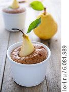 Купить «Груша, запеченая в бисквите», фото № 6081989, снято 17 июня 2014 г. (c) Марина Славина / Фотобанк Лори