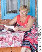 Купить «Женщина с квитанцией в руках», фото № 6093077, снято 25 июня 2014 г. (c) Типляшина Евгения / Фотобанк Лори