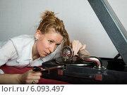 Купить «Женщина с патефоном», фото № 6093497, снято 12 июня 2013 г. (c) Михаил Ворожцов / Фотобанк Лори
