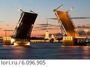 Символ Санкт-Петербурга - разведенный Дворцовый мост в белую ночь (2014 год). Редакционное фото, фотограф Андрей Разумов / Фотобанк Лори
