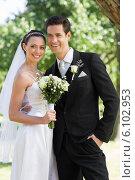 Newly wed couple looking away in park. Стоковое фото, агентство Wavebreak Media / Фотобанк Лори