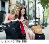 Two female friends with luggage using the map. Стоковое фото, фотограф Яков Филимонов / Фотобанк Лори