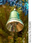 Купить «Старая елочная игрушка. Колокол», эксклюзивное фото № 6116641, снято 7 января 2014 г. (c) Зобков Георгий / Фотобанк Лори