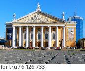 Купить «Театр оперы и балета имени М.И. Глинки, Челябинск», фото № 6126733, снято 17 июня 2014 г. (c) Артём Крылов / Фотобанк Лори