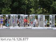 Купить «Аттракцион с кривыми зеркалами в парке Горького в Москве», эксклюзивное фото № 6126877, снято 3 июля 2014 г. (c) lana1501 / Фотобанк Лори